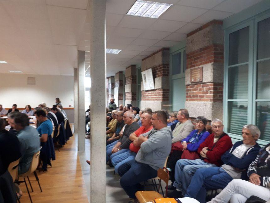 Le public écoute très attentivement les débats