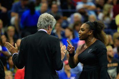 """Serena Williams et l'arbitre Brian Earley, qu'elle a accusé de """"sexisme"""" après avoir reçu trois sanctions lors de son match contre la japonaise Naomi Oaska, en finale de l'US Open (septembre 2018)"""