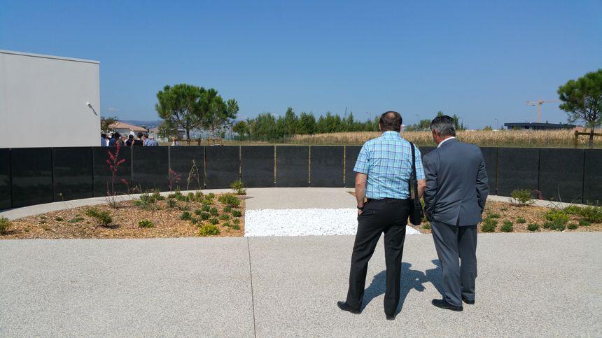 Le jardin du souvenir invite les familles à graver le nom des défunts, si elles le souhaitent, sur les pierres noires.