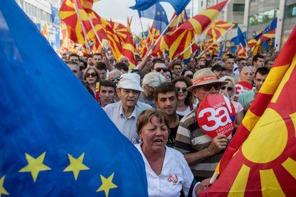 Partisans du«Oui» au référendum sur le changement de nom, agitant les drapeaux macédonien et européen le 16 septembre 2018 à Skopje.