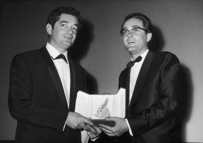 Jacques Demy et Michel Legrand reçoivent la Palme d'or pour Les Parapluies de Cherbourg au Festival de Cannes de 1964.