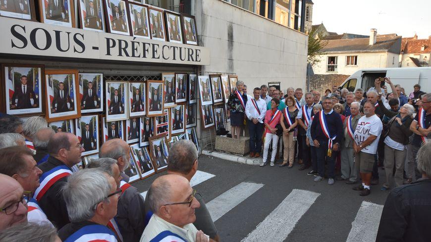 Les élus ont déposé le portrait officiel du président de la république sur la façade de la sous préfecture