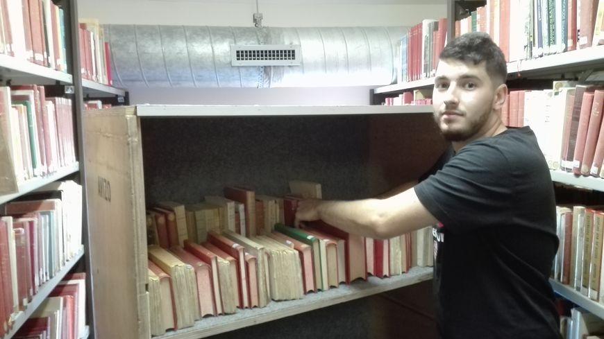Des rayonnages mobiles sont utilisés pour déménager les livres de la médiathèque Pierre-Moinot, à Niort