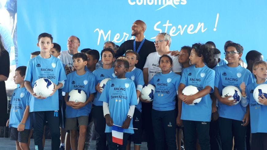 Steven Nzonzi accueilli par les jeunes du Racing Colombes