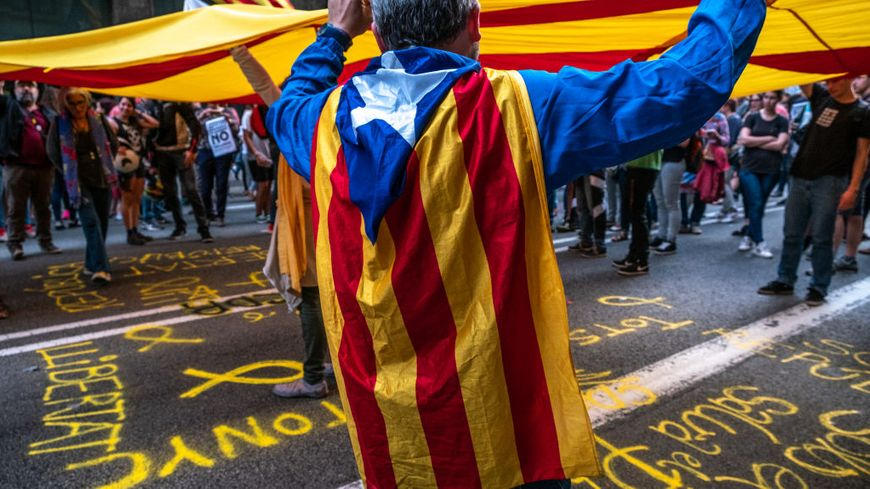 Manifestant portant un drapeau catalan à Barcelone (illustration)