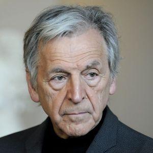 Costa-Gavras conçoit le cinéma comme un moyen pour lui d'exprimer ses idées politiques et de proposer une réflexion sur le pouvoir.