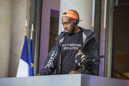"""Pour la Fête de la Musique 2018, le gouvernement français avait invité plusieurs DJs dans la cour de l'Elysée : dont Kiddy Smile, qui est venu avec un tee-shirt """"Fils d'immigrés, noir & pédé"""" !"""