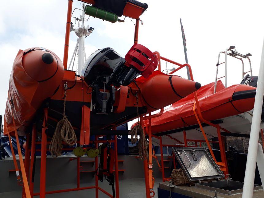 Le navire est équipé de deux bateaux pneumatiques, pouvant accueillir une quinzaine de personnes chacun