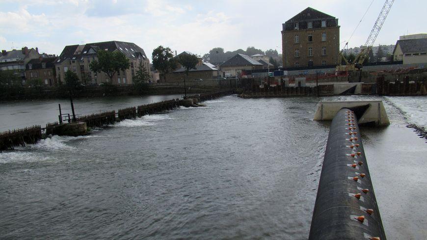 Sur la Meuse, les barrages à membrane (à droite), remplacent les barrages à aiguilles (à gauche)