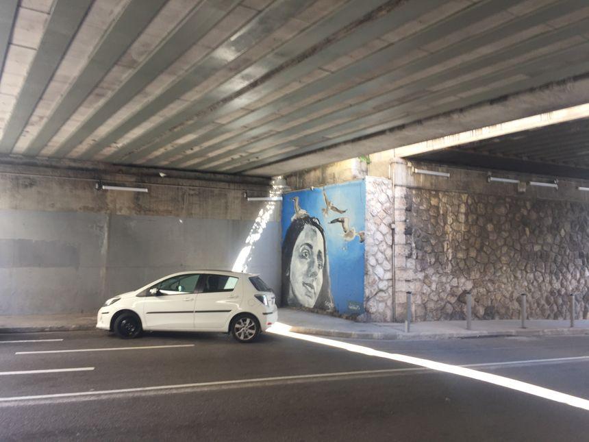 fresque peinte sur un morceau de mur situé sous le pont à l'intersection de l'avenue Fabron et de la voie Mathis