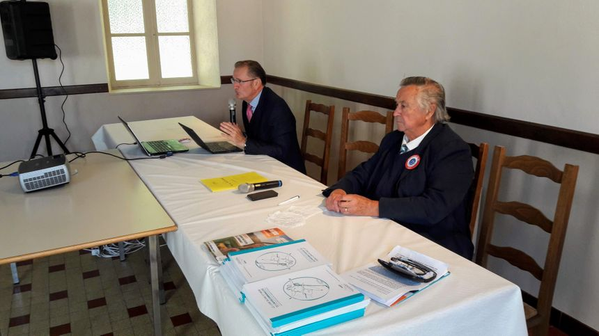Le DASEN de l'Indre Pierre-François Gachet (micro en main et à côté de jean-Pierre Marcillac, maire de Coings et secrétaire général de l'AMRI) s'est exprimé lors de l'AG
