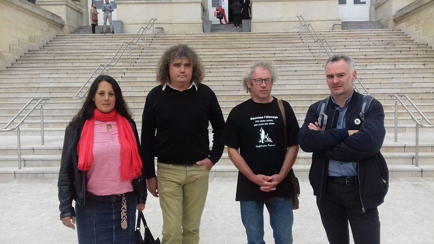 Laurent Pinatel (à droite) fait partie des militants condamnés. Il était accompagné d'autres membres du syndicat à l'audience.