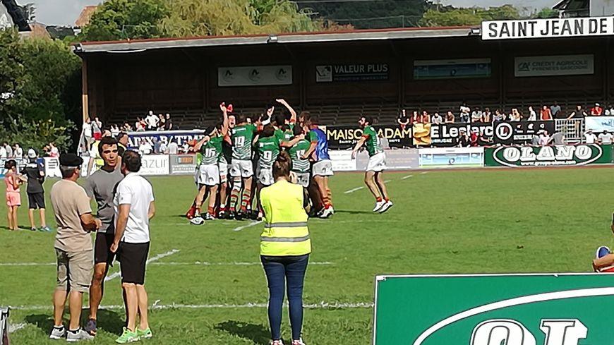 Les joueurs du Saint-Jean-de-Luz Olympique célèbrent leur victoire face à Tarbes (17-16)