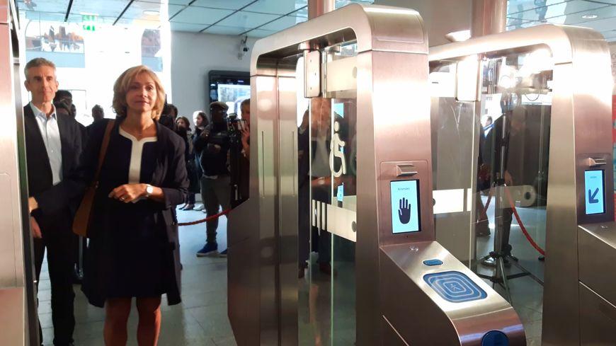 Valérie Pécresse a inauguré mercredi les nouveaux portiques de validation à la gare Saint-Lazare