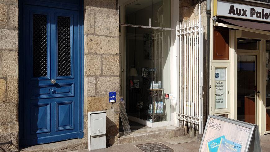 Une façade de magasin modeste pour une grande maison d'édition locale de qualité