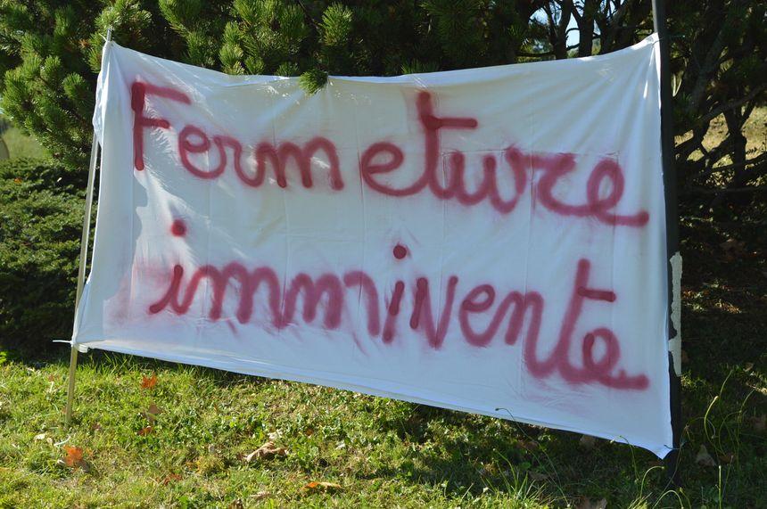 L'une des banderoles sur le rond-point devant la clinique.