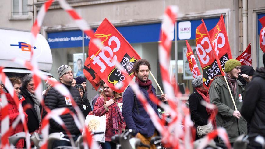 La mobilisation de la CGT Educ'action 42 se déroule devant l'Inspection académique.