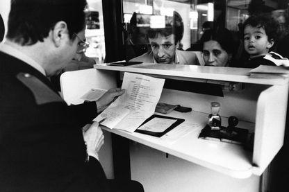 Une famille algérienne à la douane de l'aéroport de Marseille en 1982