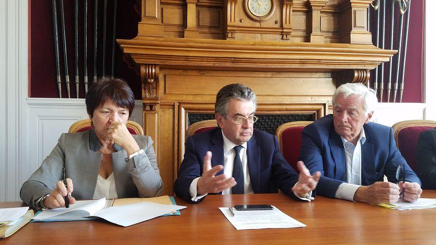 Alain Claeys (au milieu) et Jean-Pierre Abelin (à droite) ont annoncé la futur fusion mercredi.