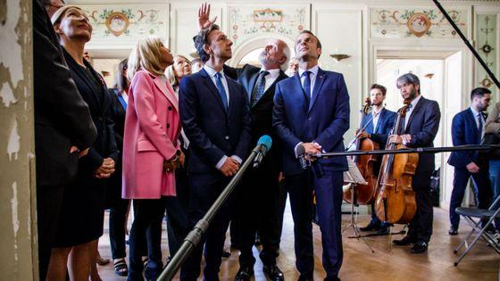 Le président de la République Emmanuel Macron et Stéphane Bern en visite à la Villa Viardot