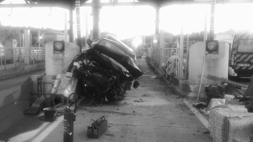La voiture a percuté le terre-plein central avant de s'encastrer dans le péage de Saint Germain Les Vergnes ce samedi vers 18h20, faisant deux blessées graves.