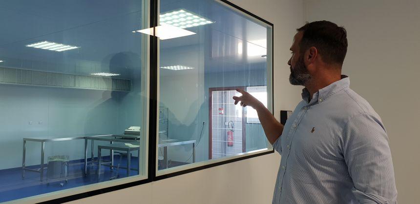 Anthony Pérès  cofondateur de Meccellis devant le nouveau laboratoire