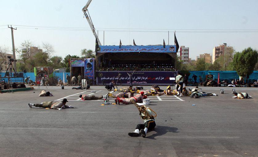 Des soldats iraniens au sol après l'attaque lors du défilé à Ahvaz