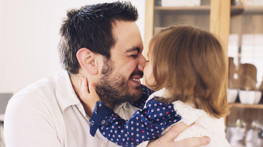 Aujourd'hui les papas ont le droit à deux semaines de congés de paternité.