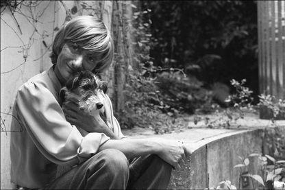 Françoise Sagan, écrivaine et romancière française, prise en photo chez elle, le 19 mai 1981 à Paris, France.