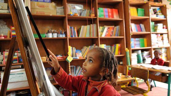 Une enfant apprend à lire
