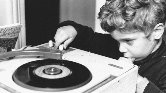 L'enfant écoutant la musique au tourne-disque