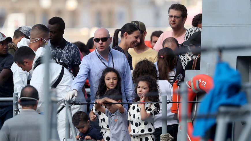 Les migrants débarquent du bateau de patrouille des Forces armées maltaises.
