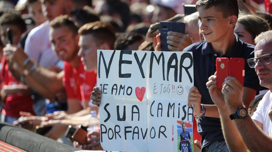 Neymar a offert son maillot à un jeune supporter gardois.