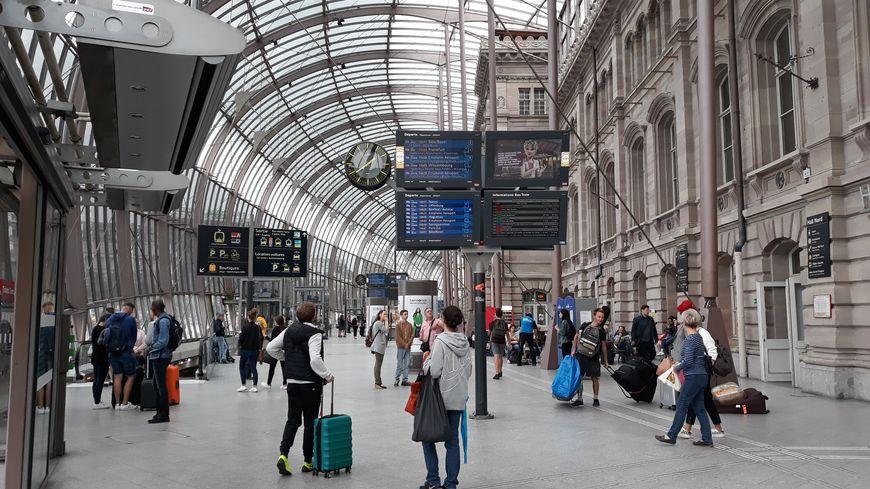Dans le hall de la gare de Strasbourg, les agents de la SNCF vont se faire plus rares