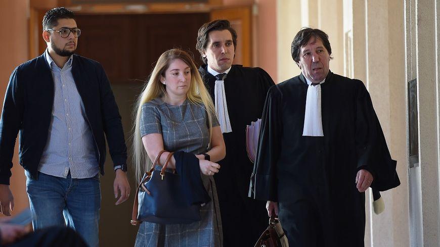 Mounia Haddad arrive au tribunal correctionnel de Tours soutenue par son mari Slimane et ses avocats.