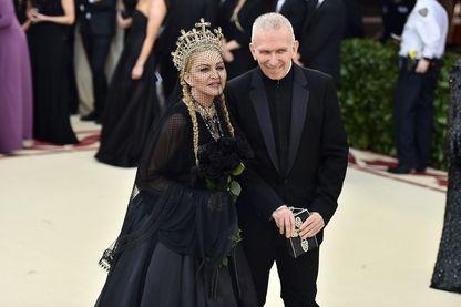 Jean-Paul Gaultier, grand créateur de mode français, avec Madonna lors du Heavenly Bodies: Fashion & The Catholic Imagination Costume Institute Gala au Metropolitan Museum of Art (New York, 2018)