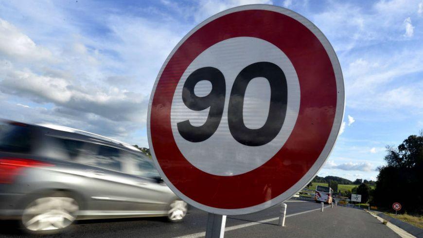 Panneau limitant la vitesse à 90 km/h. Illustration