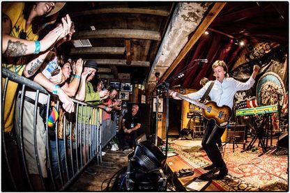 Sir Paul McCartney se produit à un spectacle à guichets fermés lors de la tournée «One On One» à Pappy et Harriet's Pioneertown Palace le 13 octobre 2016 à Pioneertown, en Californie.