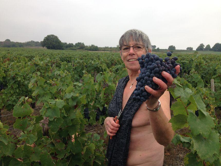 Sylvie, naturiste et fière, avec sa grappe