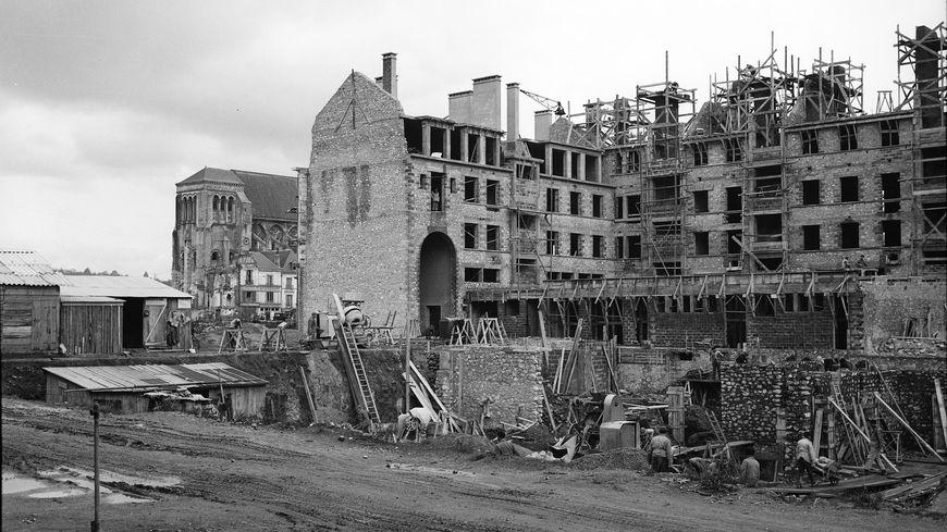 Vue de la construction de l'îlot M, rue Nationale et rue du Maréchal Foch vers 1951