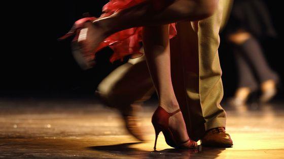 Pieds d'un couple de danseurs pendant le championnat du monde de tango argentin à Buenos Aires.