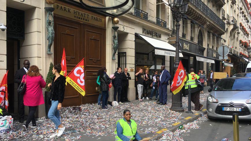 Le piquet de grève ne passe pas inaperçu dans la très chic rue de la Paix.