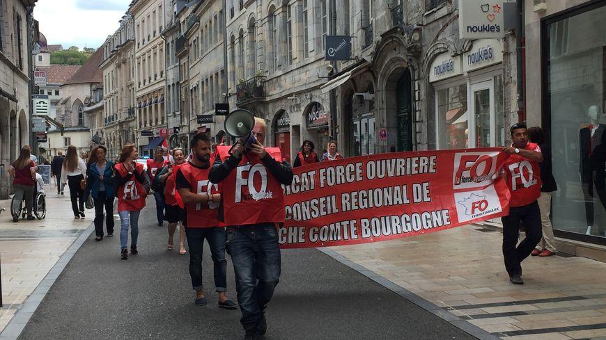 Ils étaient une vingtaine de grévistes à manifester ce lundi dans les rues de Besançon