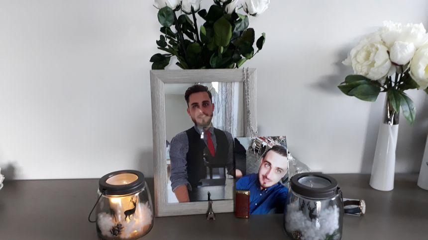 Un autel en mémoire d'Adrien a été installé dans le salon familial