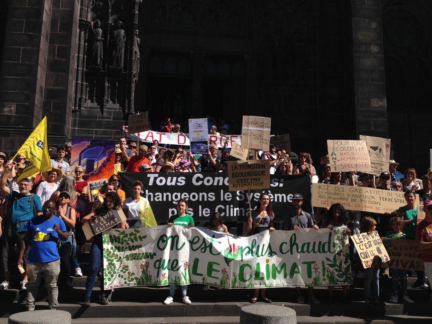Une partie du cortège rassemblée devant la cathédrale de Clermont-Ferrand