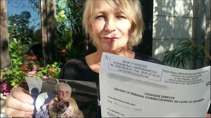Michèle Fléchon avec la photo de sa mère, Jeannine, morte le 16 juin de la gangrène aux Opalines de Foucherans, et la citation à comparaître devant le tribunal de Lons-le-Saunier.