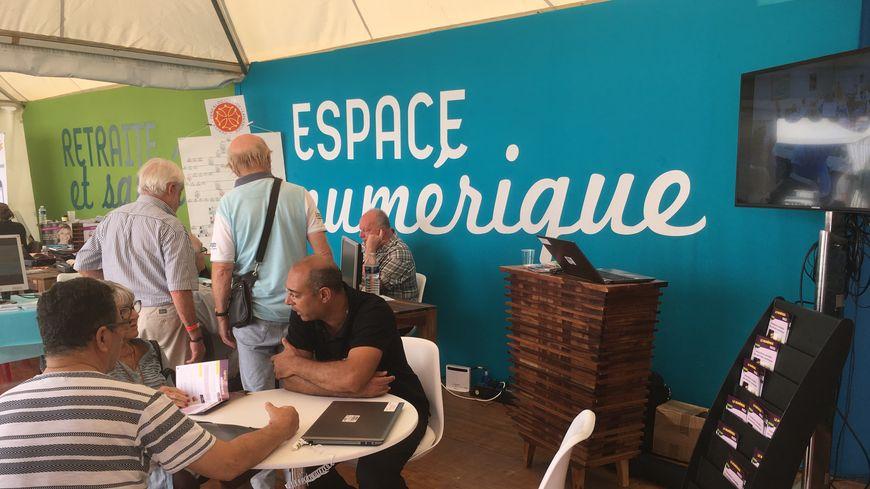Sur l'espace numérique du village de la semaine senior à Toulouse, ils sont nombreux à se renseigner pour prendre des cours d'informatique.