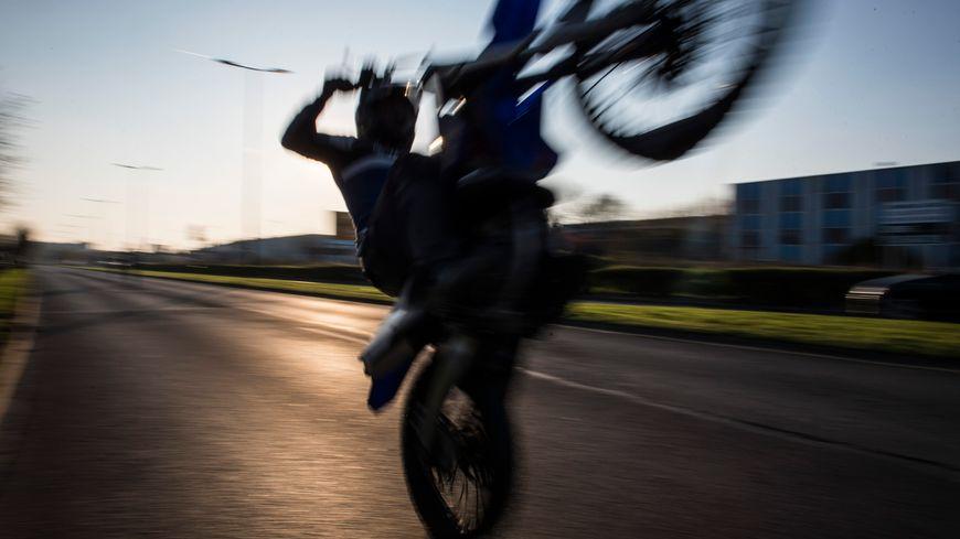 Une moto cross en roue arrière