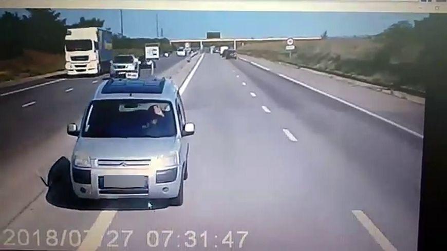 La carretera se puso al otro lado de la carretera para bloquear al conductor en contra de la dirección.