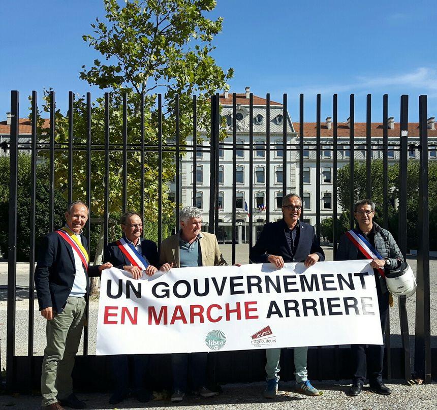 Des élus aux côtés des manifestants ce lundi à Avignon